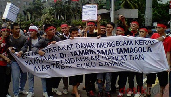 Warga Dayak memprotes pernyataan thamrin2