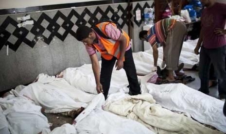 seorang-dokter-mengidentifikasi-jasad-para-pendukung mursi